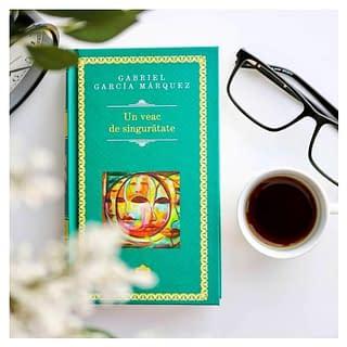 """Autor premiat cu premiul NOBEL pentru literatură!!!   – Un veac de singurătate a fost scris în 18 luni. În fiecare zi, de la nouă dimineața până la trei după-amiază. În ultima zi, """"știam că va fi ultima zi,"""" l-a terminat pe neașteptate la unsprezece. """"Nu știam ce să fac cu timpul care îmi prisosea și am încercat să inventez ceva ca să pot trăi până la trei după-amiază"""".  – Se spune că cea mai bună carte a lui Marquez este Toamna patriarhului. Pentru a o scrie a studiat biografiile tuturor dictatorilor latino-americani. A lucrat 17 ani la ea şi a întrerupt-o pentru a scrie Un veac de singurătate. _______________________ Disponibilă pentru a fi cumpărată on-line pe www.romanianbooksusa.com 📚 Livrăm rapid 🚚🚛 oriunde în America de Nord 🇺🇸🇨🇦 #citesteromaneste  #romanianbooksusa #citeste #citescdeciexist #citesteocarte #librarieromaneascaonline #librarieromaneasca #diasporacitesteromaneste #cititoridinromania #cititoripasionati #romanianbookstagram #readersofinstagram #mybookfeatures #lovetoread #iubescsacitesc #cititoralintat"""
