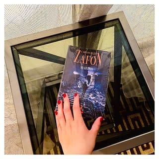 """Cărți numai bune de descoperit în timpul călătoriilor. ✈️🚘🚉 Descoperiți-l pe Carlos Ruiz Zafon, toate cărțile lui sunt acuma la reducere 📚💛 Navigați la secțiunea """"Books on Sale"""" in magazinul nostru online ca să vă alegeți cele mai frumoase cărți 💙💛❤️ @romanianbooksusa livrăm rapid oriunde în SUA 🇺🇸 și Canada 🇨🇦  #romanianbooksusa #citesteromaneste #diasporacitesteromaneste #librarieromaneasca #librarieromaneascaonline #romanianbookstagram #citeste #citesteinlimbata #citesteocarte #carlosruizzafon #weekendreads #cititoripasionati #onlinebookstore #booklove #bookshelf #bibliophile"""