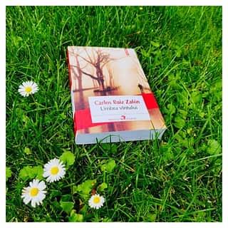 O aventură plăcută în Barcelona anului 1945.  📚📚📚📚📚📚📚 Romanul descrie întâmplări fantastice, pline de enigme și stranietăți 🤩 📖 _____________________________ #citesteromaneste iar Romanian Books USA îți va livra rapid 🚛🚚 orice carte dorită ♥️📚 direct la ușa ta oriunde în America de Nord 🇺🇸🇨🇦  P.S. Livrările sunt gratuite pentru comenzi în valoare de $75 ‼️ (ofertă valabilă doar pe teritoriul SUA)   #decitit #carlosruizzafón #romanianbooks #citesteinlimbata #romanianbooksusa #cartiromanesti #onlinebookstore #romanianbookstore #librarieromaneasca